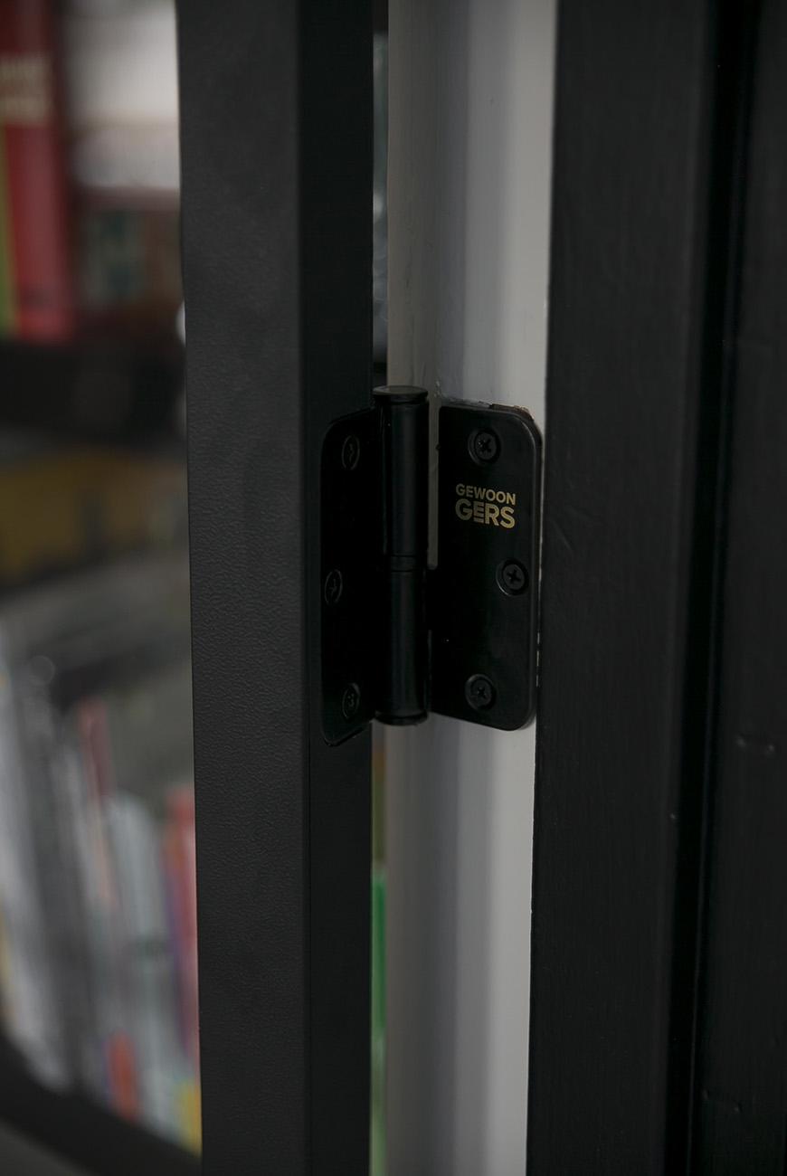 Daar is hij dan eindelijk: onze stalen deur in huis