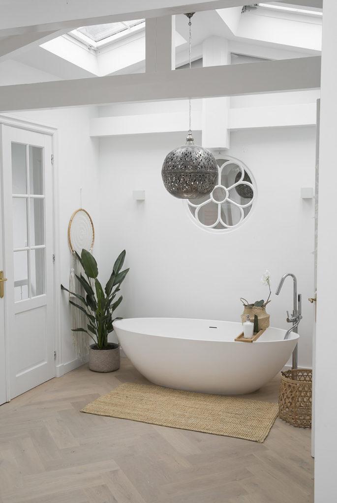 Een hotel chic badkamer met een losstaand bad